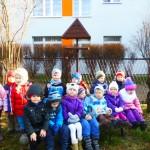 Dzieci z grupy II dokarmiają ptaki